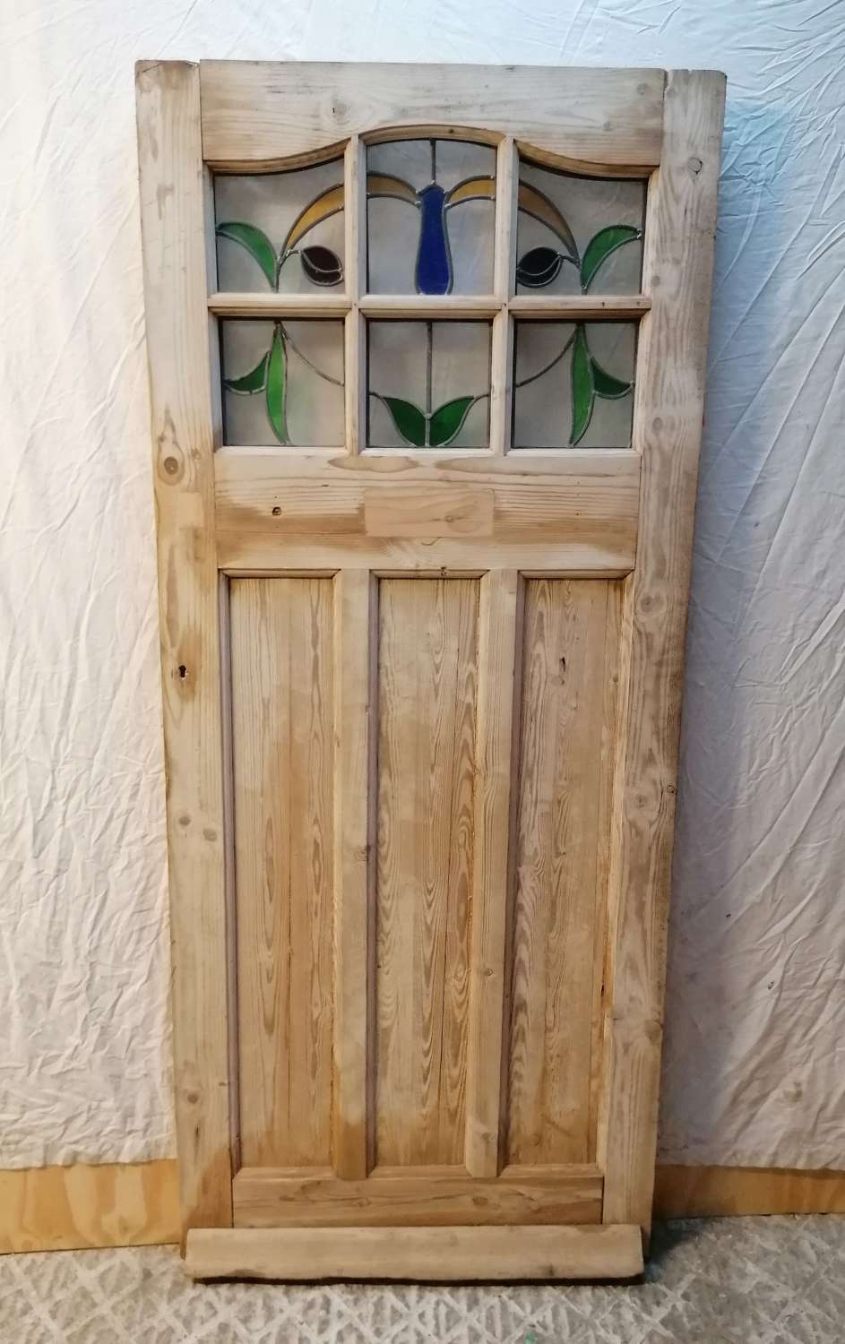 DI0735 AN EDWARDIAN PINE DOOR WITH STAINED GLASS FOR INTERNAL USE
