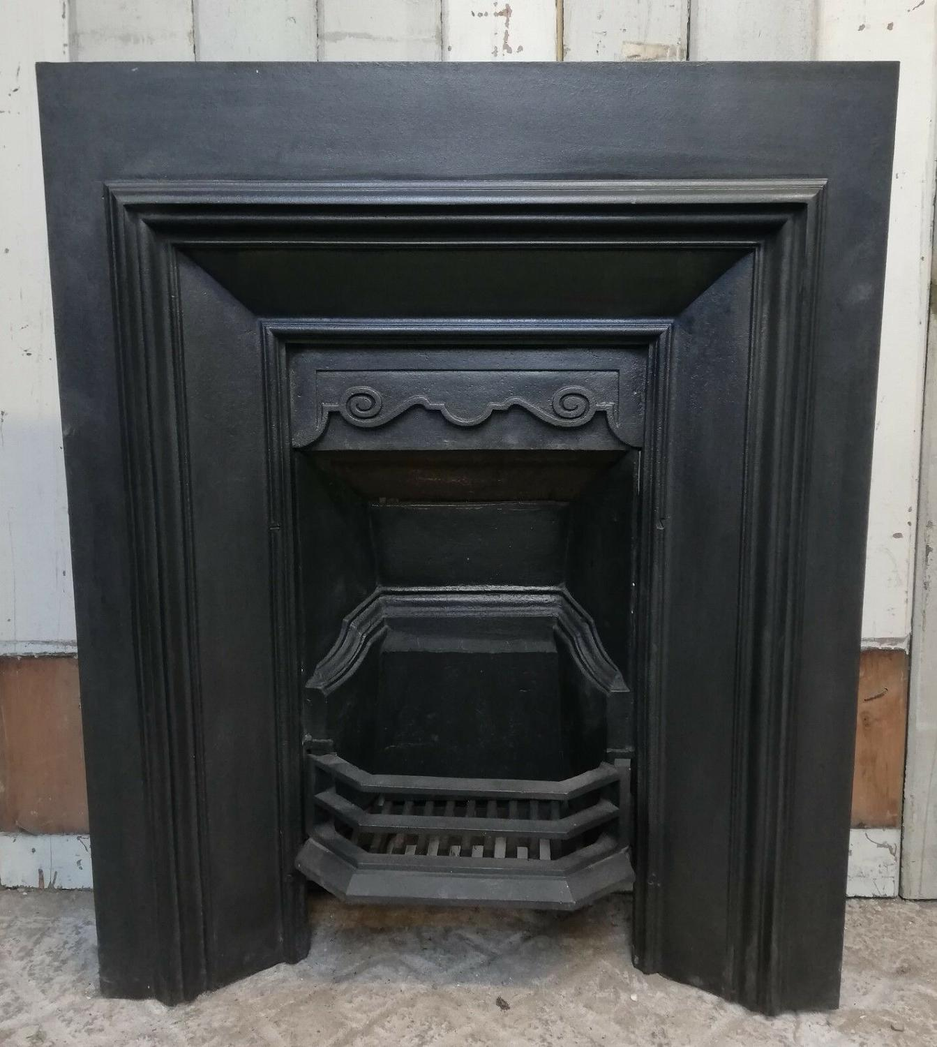 FI0025 AN ANTIQUE SQUARE SHAPED DECORATIVE CAST IRON FIRE INSERT