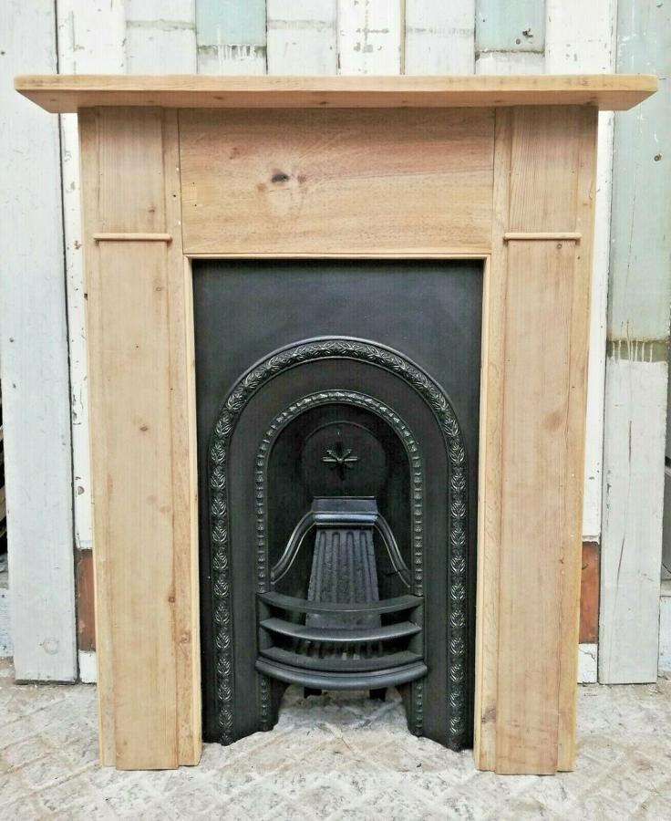 FS0064 A VICTORIAN CAST IRON FIRE INSERT AND RECLAIMED PINE SURROUND
