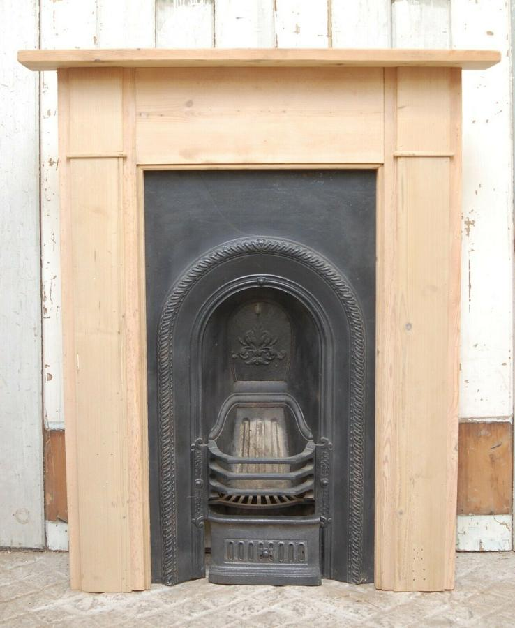FS0066 A VICTORIAN CAST IRON FIRE INSERT AND RECLAIMED PINE SURROUND