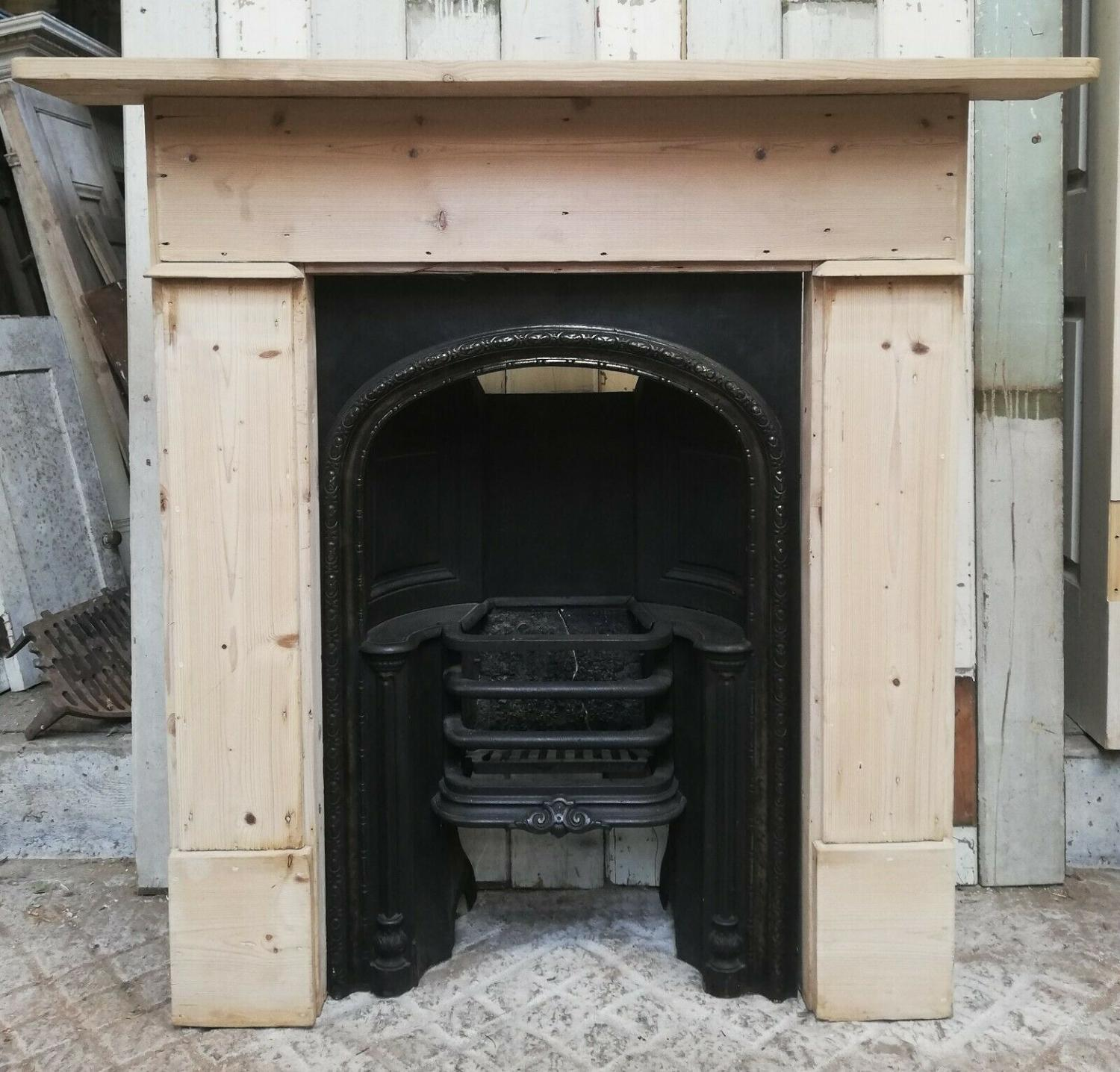 FS0068 A GEORGIAN CAST IRON HOBGRATE INSERT AND PINE FIRE SURROUND