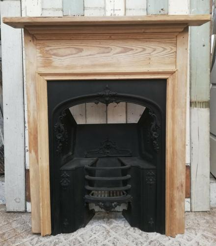 FS0069 EARLY VICTORIAN CAST IRON HOBGRATE AND PINE FIRE SURROUND