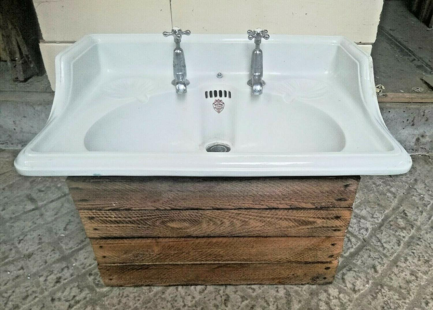 M1300 AN ATTRACTIVE RECLAIMED ANTIQUE EDWARDIAN PORCELAIN BOLDING SINK