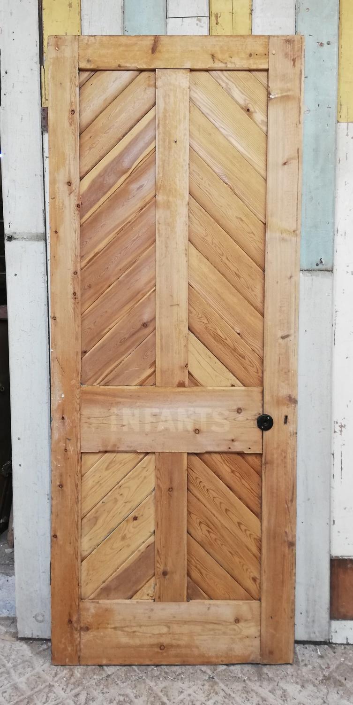 DI0691 A RECLAIMED STRIPPED PINE INTERNAL CHEVRON DOOR