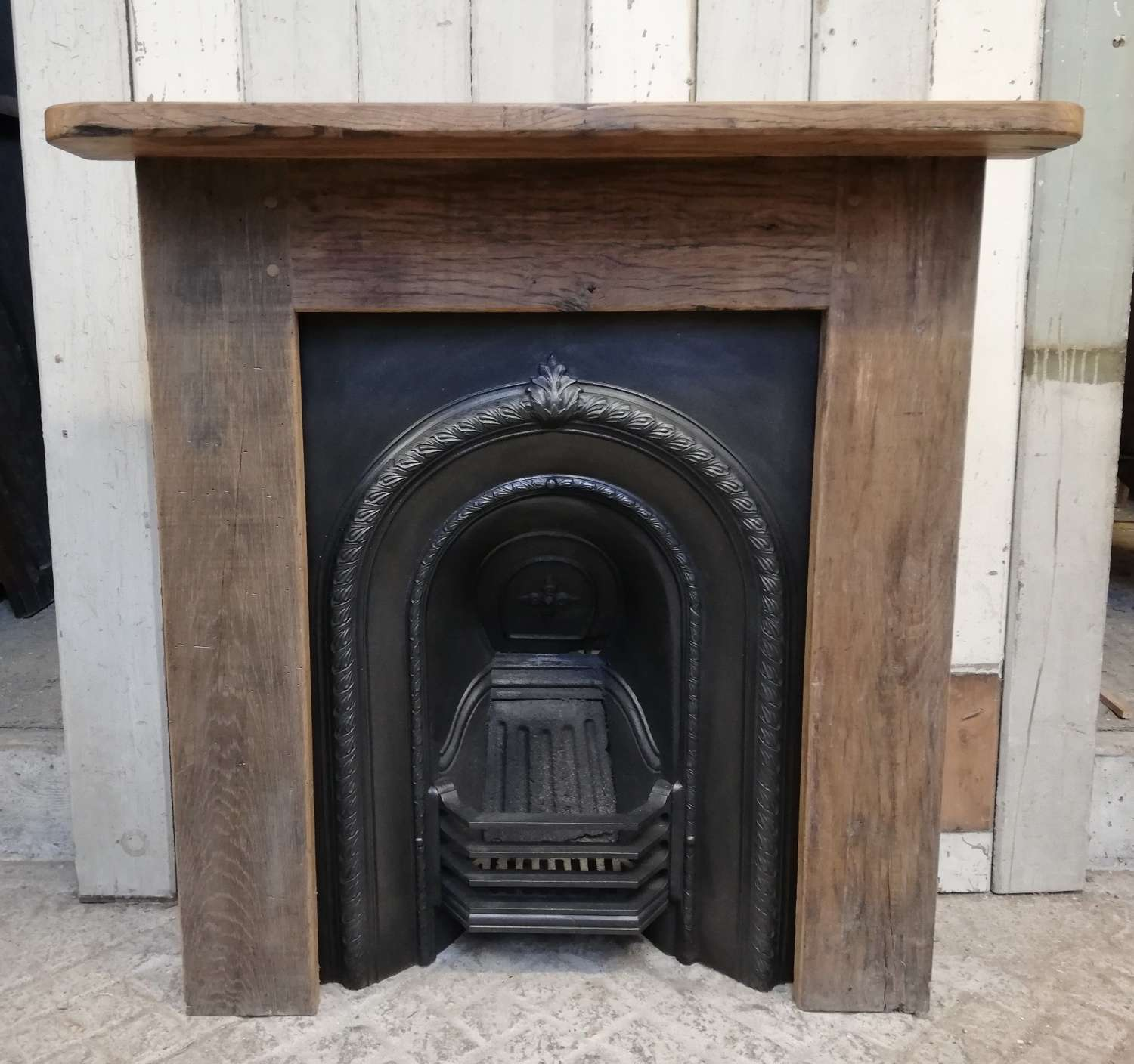 FC0070 VICTORIAN CAST IRON BEDROOM FIRE INSERT AND OAK FIRE SURROUND