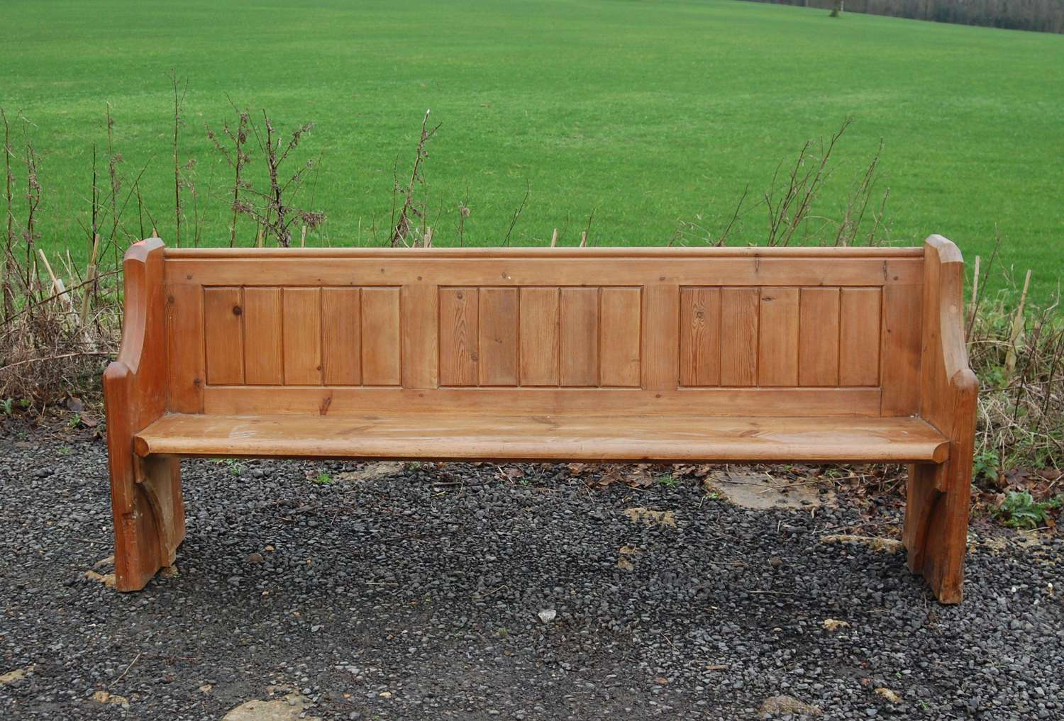 M1269 AN ATTRACTIVE RECLAIMED PINE CHURCH PEW / BENCH