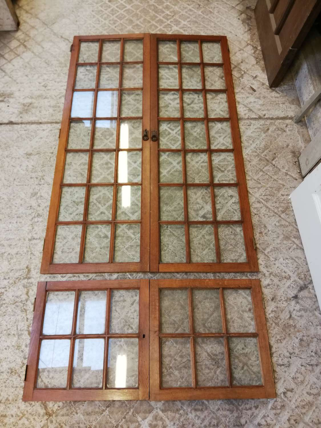 CS0031 A SET OF 8 RECLAIMED OAK AND GLASS CUPBOARD DOORS