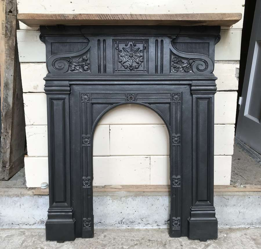 FF0013 A DECORATIVE VICTORIAN CAST IRON FIRE FRONT WITH OAK MANTEL