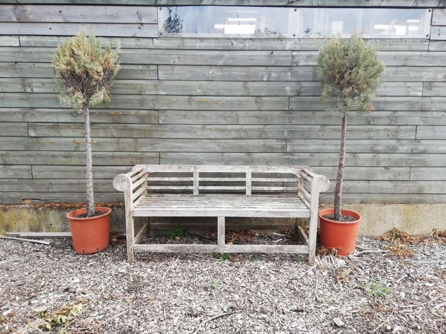 M1368 AN ATTRACTIVE WEATHERED RECLAIMED HARDWOOD GARDEN BENCH