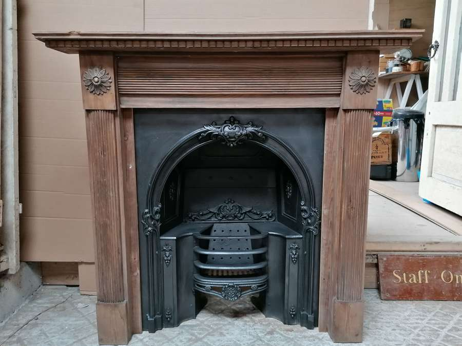 FC0099 CARVED PINE GEORGIAN STYLE FIRE SURROUND & CAST IRON HOBGRATE