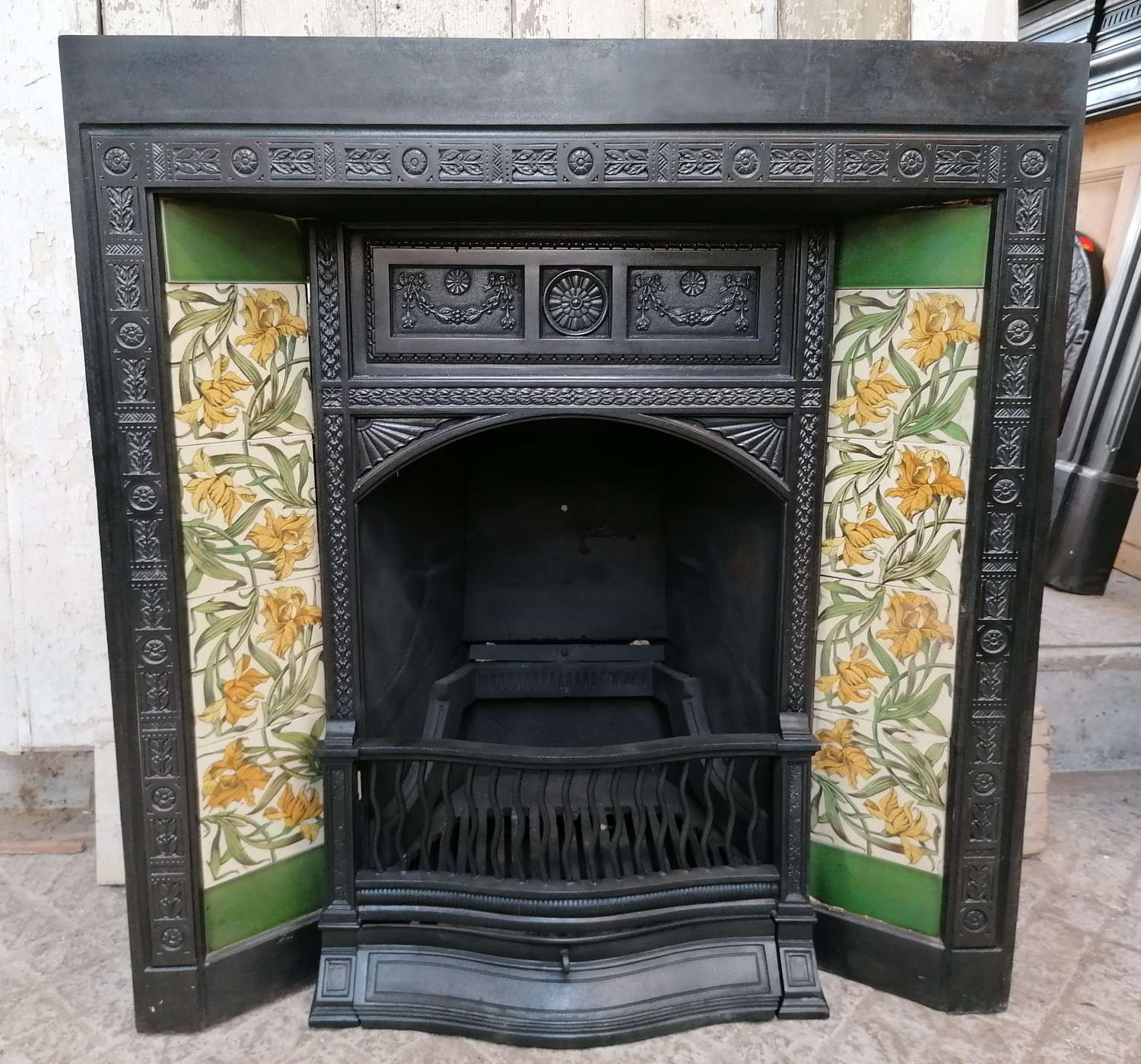 FI0047 RECLAIMED PRETTY ANTIQUE CAST IRON TILED FIRE INSERT