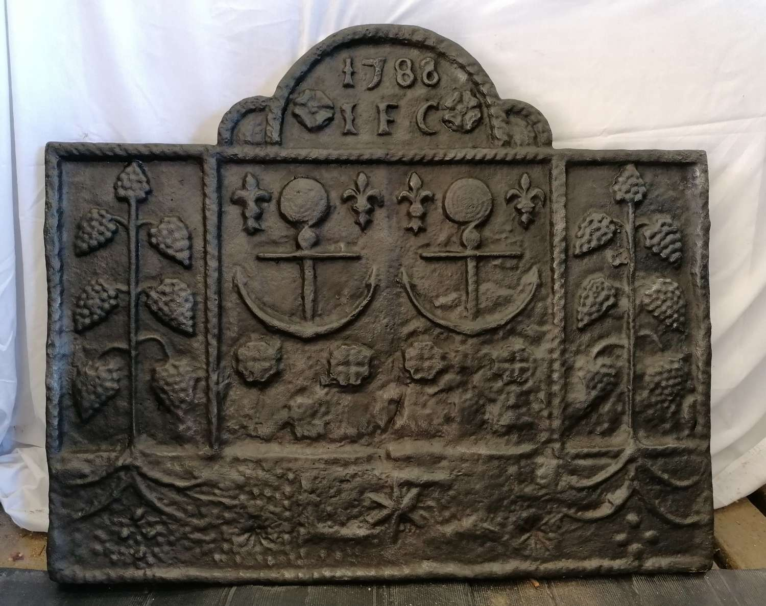 M1417 A VERY LARGE RECLAIMED REPRODUCTION CAST IRON FIRE BACK