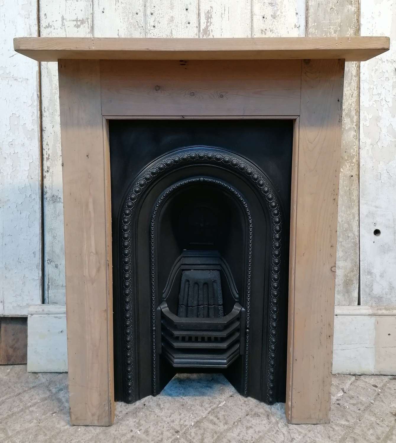 FC0112 VICTORIAN CAST IRON BEDROOM FIRE INSERT AND PINE FIRE SURROUND