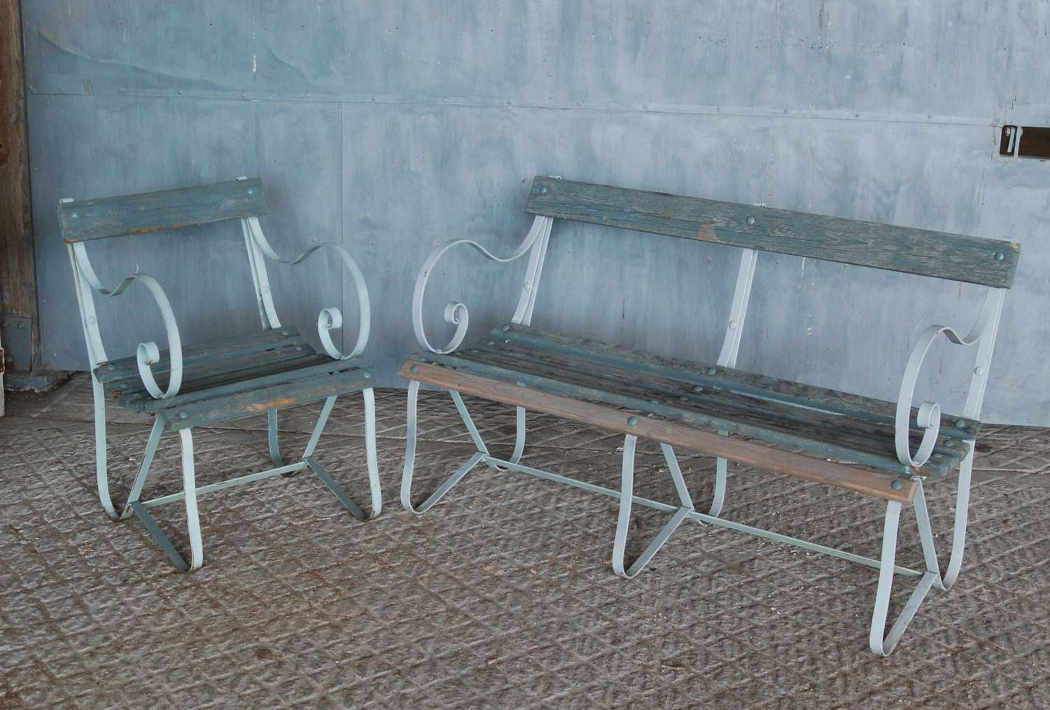 M1434 A SET OF RECLAIMED WOOD & METAL GARDEN FURNITURE BENCH & SEAT