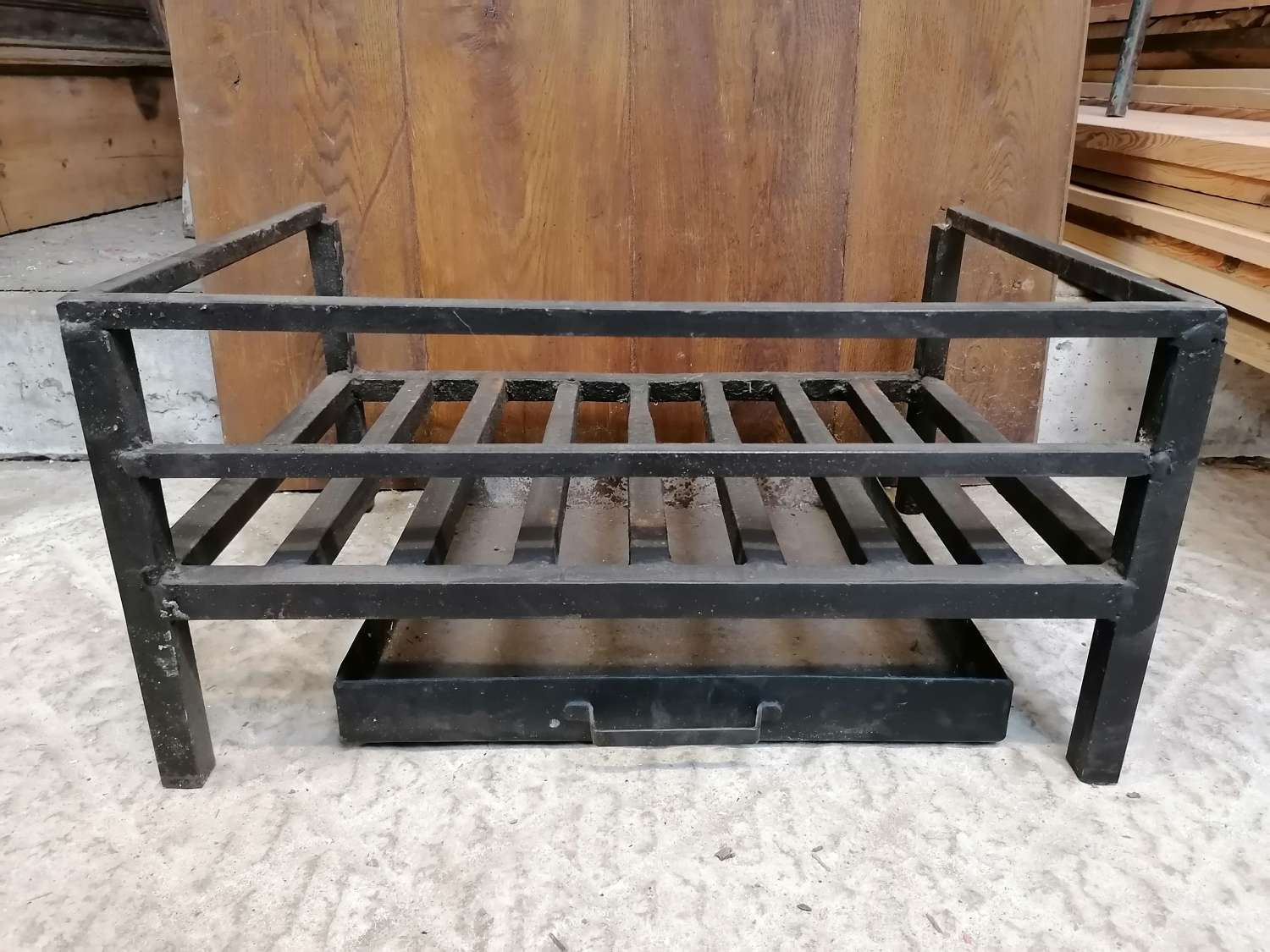 FB0068 A LARGE RECLAIMED CAST IRON FIRE GRILL / BASKET WITH ASH TRAY