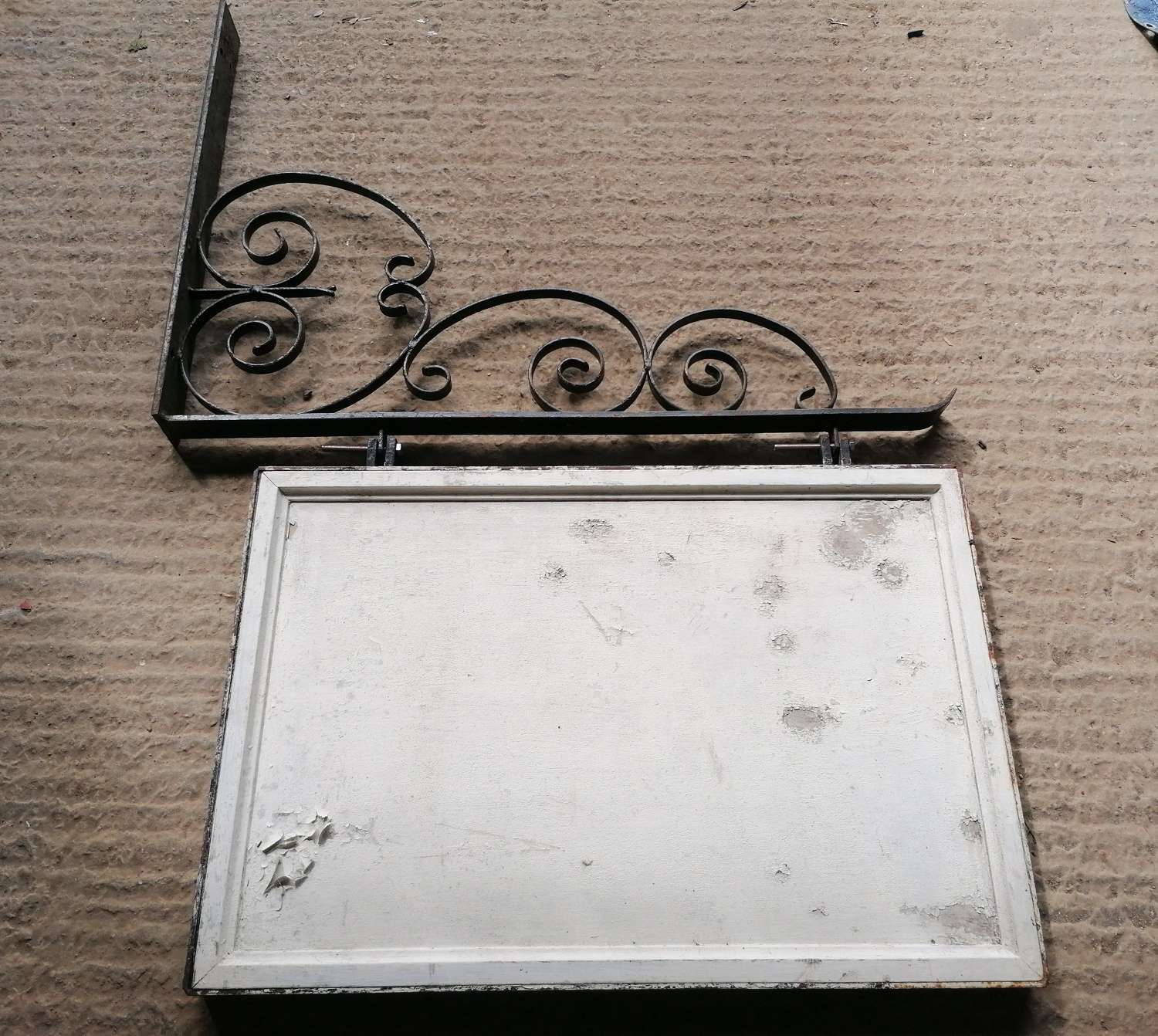 M1470 A RECLAIMED WOODEN PUB SIGN & IRON HANGING BRACKET